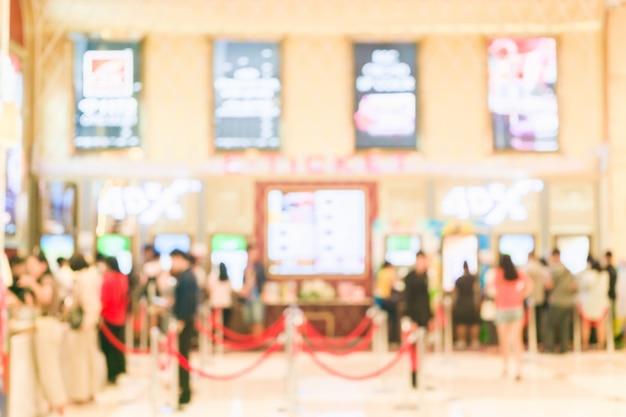 映画のeチケット機からチケットを購入する人々の背景をぼかした写真 Premium写真
