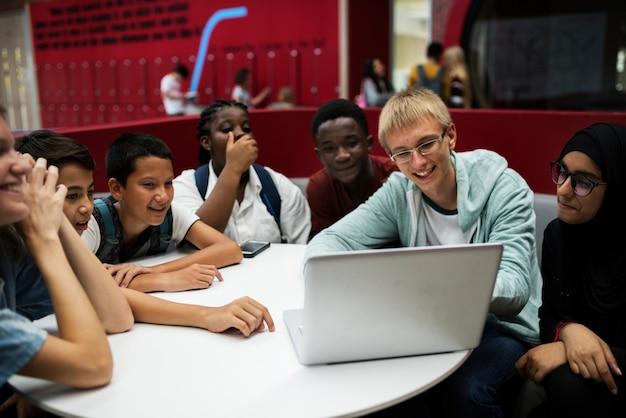 ノートパソコンでeラーニングをする学生 Premium写真