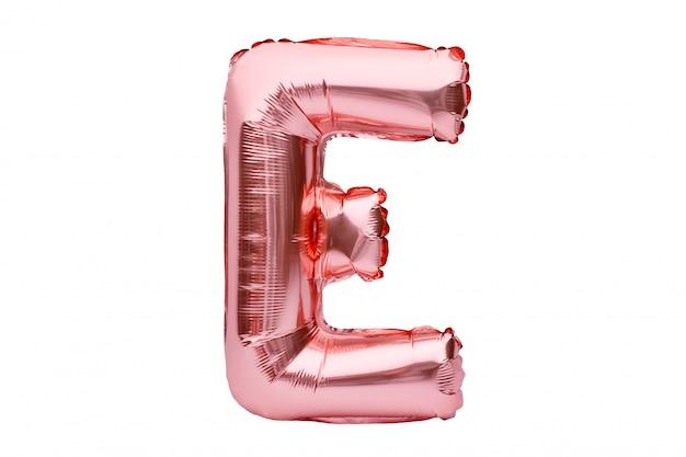 Буква e из розового золота надувной гелиевый шар изолирован на белом. золотая розовая фольга шар шрифт часть полного алфавита набор заглавных букв. Premium Фотографии