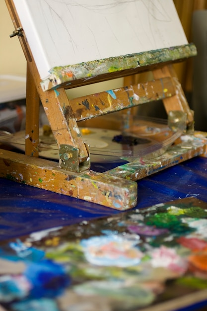 Easel and palette Premium Photo