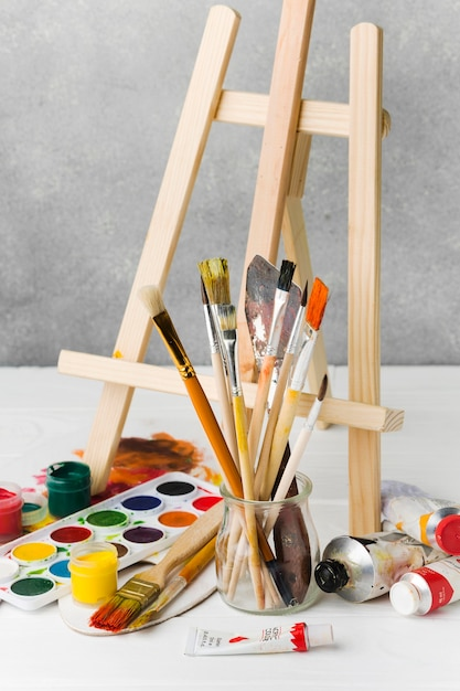 Easel and watercolour paint Free Photo