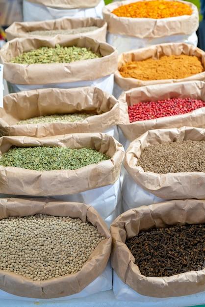 Восточно-азиатские специи для еды в магазине. Premium Фотографии