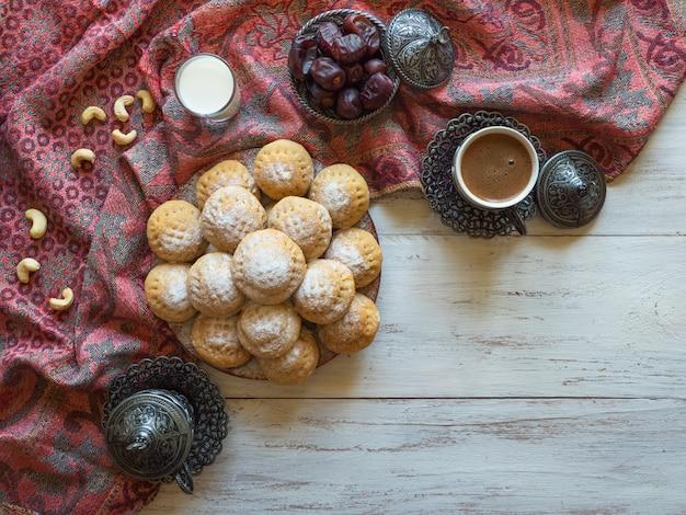 ラマダンのお菓子。エルフィットイスラムのeast宴のクッキー。エジプトのクッキー「カフエルイード」 Premium写真