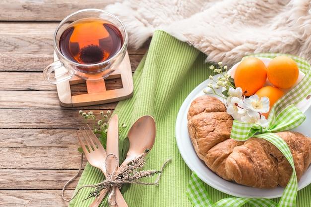 木製のテーブルでイースター朝食 Premium写真
