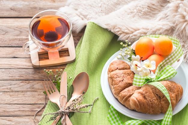 木製の壁にイースター朝食 Premium写真