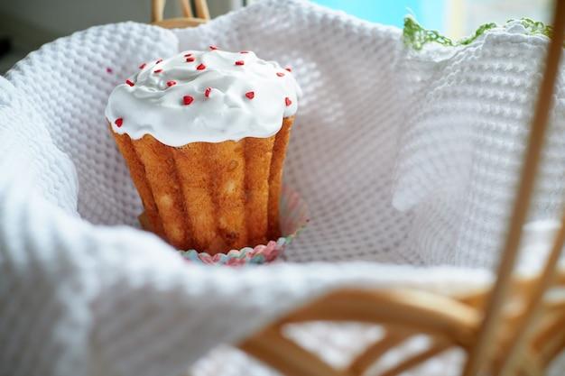 明るい背景のイースターケーキ Premium写真