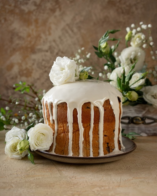 Easter cake - traditional kulich, paska easter bread. traditional easter spring Premium Photo
