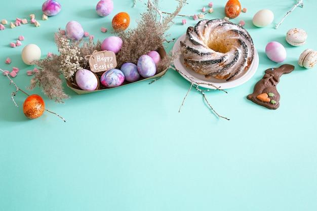 色のカップケーキと卵のイースター組成物。 無料写真