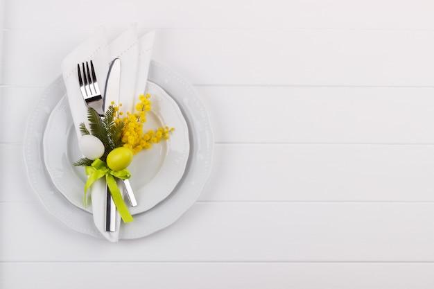 Easter dinner table setting Premium Photo