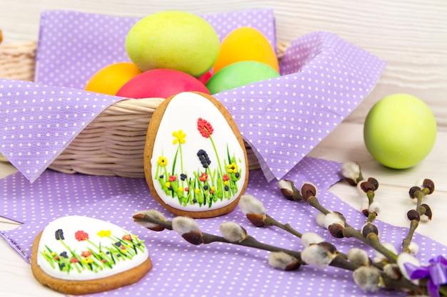 木製のテーブルにイースターエッグと柳の小枝 Premium写真