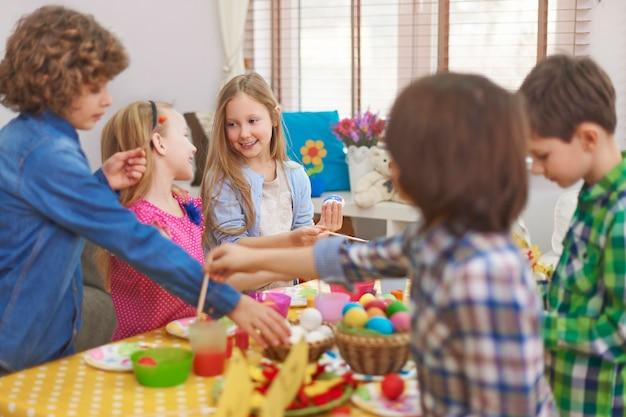 소녀의 부활절 달걀 그림은 항상 더 좋아 보입니다. 무료 사진