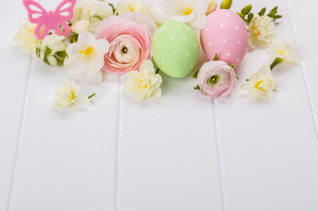 Easter eggs with ranunculus flowers Premium Photo