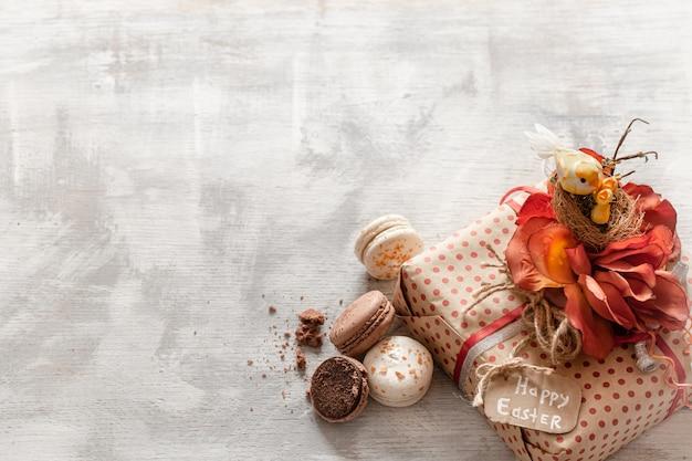 イースターギフトと木製のお菓子のある静物。 無料写真