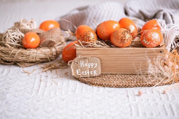 Пасхальный натюрморт с оранжевыми яйцами, праздничный декор. Бесплатные Фотографии