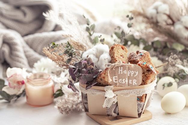 Pasqua ancora in vita con pezzi di cupcake festivo, uova e fiori. concetto di vacanza di pasqua. Foto Gratuite