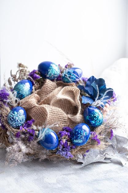 ウィンドウでスパンコールのついた青い卵をイースター花輪。 無料写真
