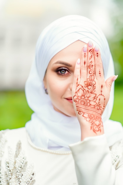 東の美しさ。美しいmehendiパターンを持つイスラム教徒の花嫁。ニカカの花嫁の肖像画 Premium写真