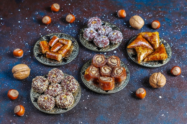 Восточные сладости, ассорти из традиционных рахат-лукумов с орехами. Бесплатные Фотографии