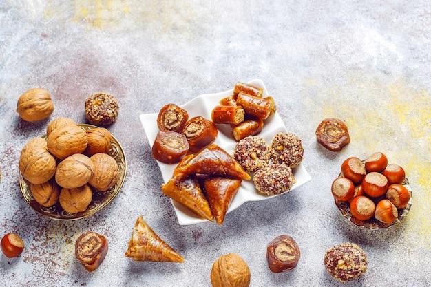 Dolci orientali, delizie turche tradizionali assortite con noci. Foto Gratuite