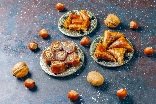 東洋のお菓子、ナッツと伝統的なトルコ菓子の盛り合わせ。 無料写真