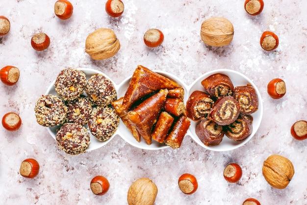東洋のお菓子、ナッツを使った伝統的なトルコ料理の盛り合わせ。 無料写真