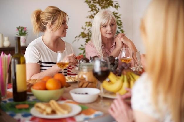 Обедать и проводить время с друзьями Бесплатные Фотографии