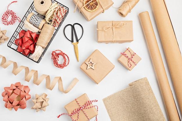 재생 된 기술 종이로 감싸 이는 Eco 친절한 대안 녹색 크리스마스 선물 프리미엄 사진