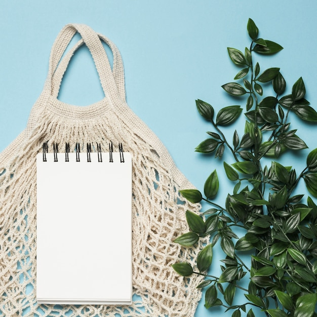Eco friendly bag with notepad mock-up Free Photo