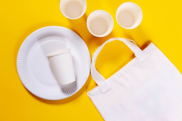 環境にやさしい紙皿とエコキャンバスバッグ Premium写真