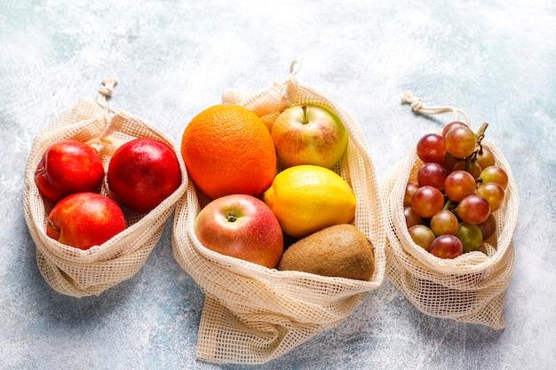 Shopper in cotone beige semplice ecologico per l'acquisto di frutta e verdura con frutta estiva. Foto Gratuite