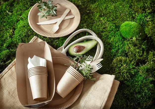 環境に優しく、スタイリッシュで、使い捨てで、便利で、美しいリサイクル可能な食器。 無料写真