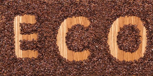Надпись eco из семян льна на деревянном столе Бесплатные Фотографии