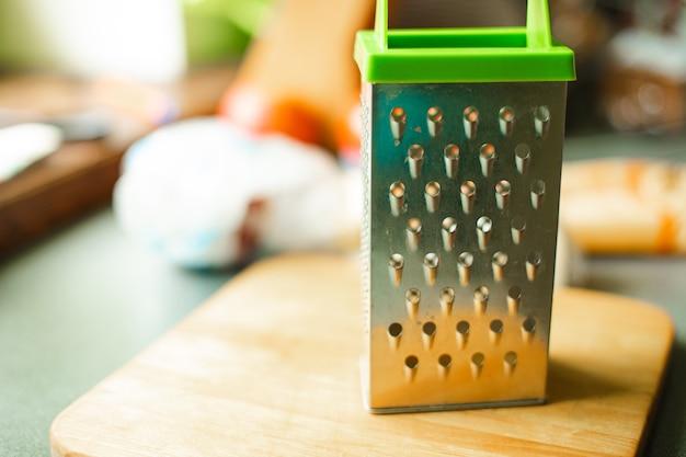 Хозяйственный прибор в виде металлической пластины с проколотыми дырочками для шлифования, трения чего-то Бесплатные Фотографии