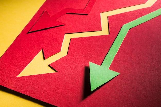 Экономический кризис обозначен стрелками на столе Бесплатные Фотографии