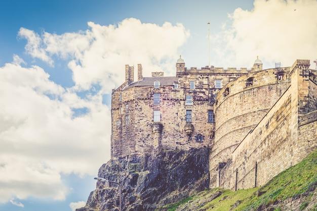 Edinburgh castle on castle rock in edinburgh, scotland, Premium Photo