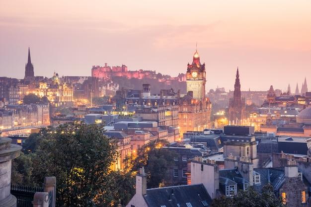夜、スコットランド、イギリスのカールトンヒルからエジンバラ市 Premium写真