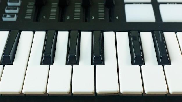 音楽edmプロデューサー用のmidiコントローラーsound synthesizersデバイス。 Premium写真