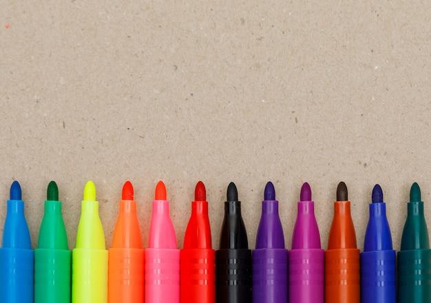 Концепция образования и картины с фломастерами на бумаге. Бесплатные Фотографии