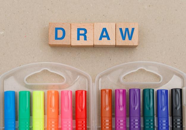 Концепция образования и живописи с фломастеры, деревянные кубики на бумаге. Бесплатные Фотографии