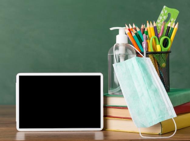 タブレットを使用したテーブルでの教育日の手配 無料写真