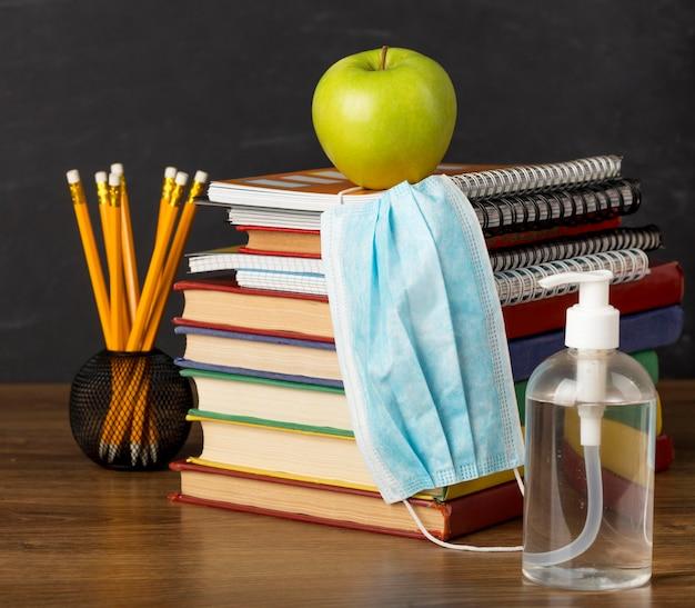 医療用マスク付きのテーブルでの教育日の配置 無料写真