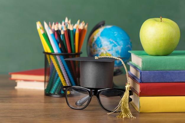 テーブルの上の教育日の配置 無料写真