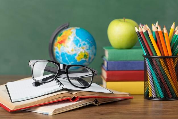 Assortimento del giorno di istruzione su un tavolo Foto Gratuite