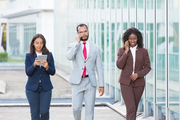 Team aziendale efficace che utilizza gadget Foto Gratuite