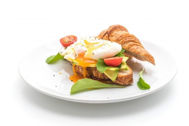 Egg benedict with avocado, tomatoes and salad - healthy or vegan food style Premium Photo