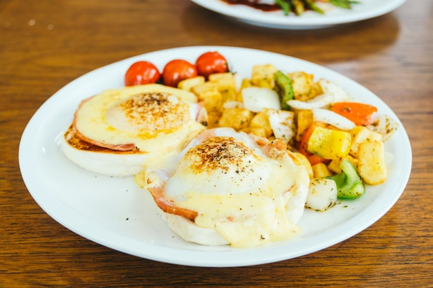 Egg benedict with vegetable for breakfast Free Photo