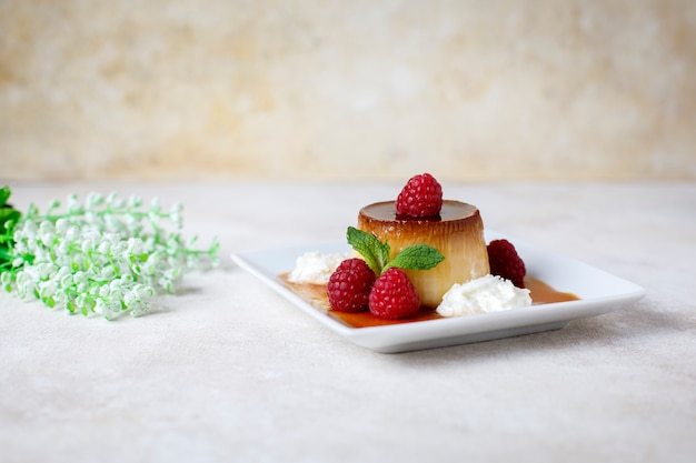 Egg flan with raspberries Premium Photo