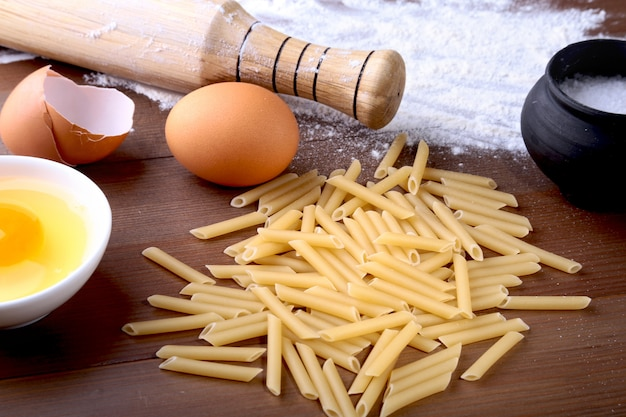 Яйцо, мука, соль, ингредиенты для пасты пенне болоньезе Premium Фотографии