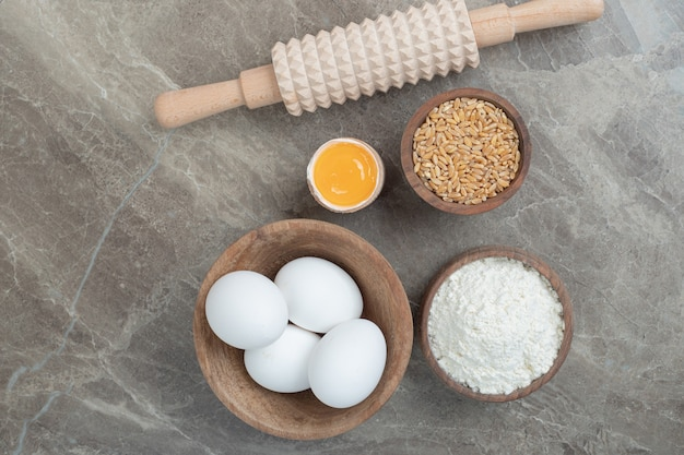 Яйца, мука, ячмень и скалка на мраморной поверхности. фото высокого качества Бесплатные Фотографии