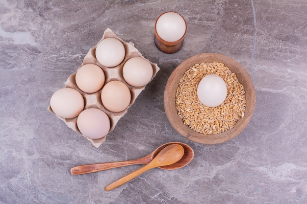段ボールトレイと木製カップの卵 無料写真
